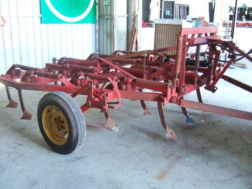 Cultivator 19 tine trailing hydraulic lift